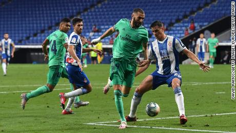 Karim Benzema assists Casemiro for the winning goal against Espanyol.