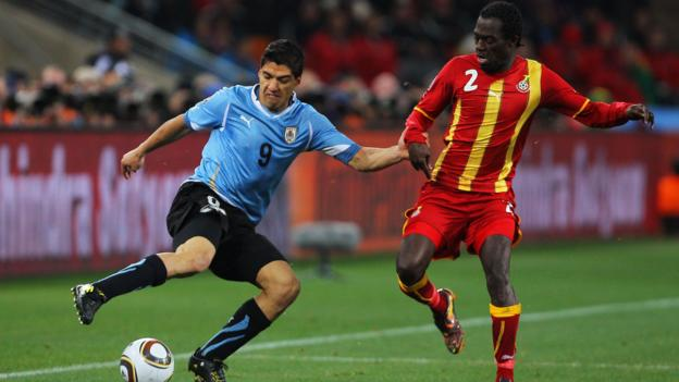 Sarpei (right) challenges Luis Suarez