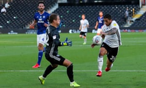 Anthony Knockaert of Fulham goes one on one with Alex Smithies of Cardiff City - the keeper gets the upper hand.