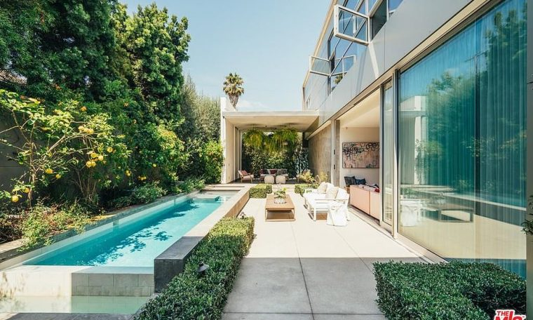 For sale!Game of Thrones actress Emilia Clarke has listed her very modern and large mansion located in the trendy neighborhood of Venice Beach in California