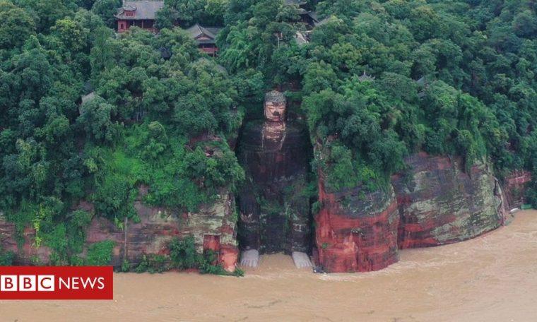 China record floods wet feet of Leshan Giant Buddha