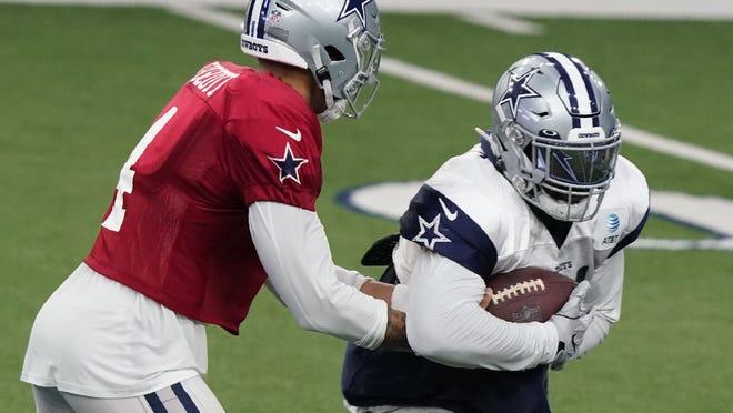 Duck Prescott, quarterback of the Dallas Cau Boys, left to run Ezekiel Elliott on Monday, August 24, 2020, during an NFL football training camp in Frisco, Texas.  (AP Photo / LM Otro)