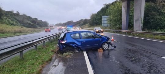 Car Accident, Redemption (Photo: @DDCRRT) Please adjust your driving style for the weather.  A vehicle has already lost control and hit an obstacle.  It is better not to arrive late.  #Rederth #Rain #Fatal5