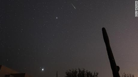 In Lee Sun, Arizona, a Leonid meter explodes in the sky, showing Jupiter and Venus.