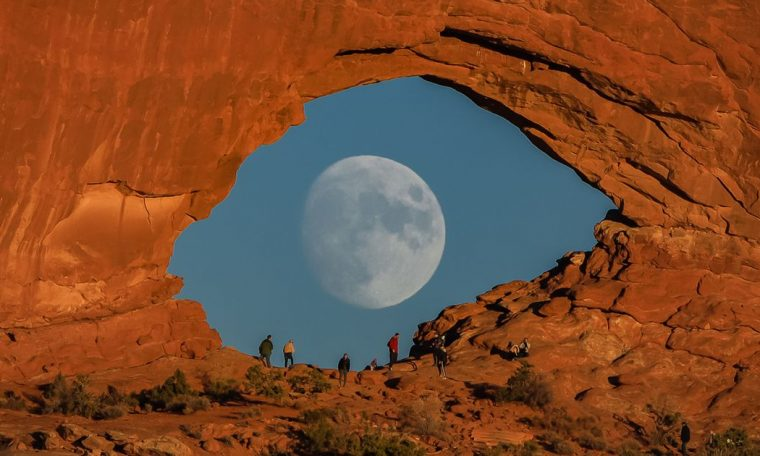 The photographer looked like a stunning photograph of a beautiful full moon
