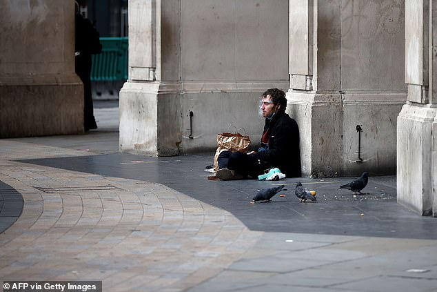 Homeless people in London will be offered a two-week stay in a hotel during the Christmas month - three meals a day and a virtual presentation by celebrities.  Picture: A homeless man in London in November