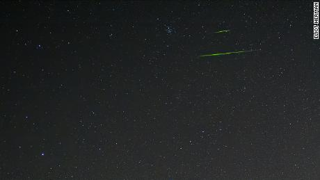 Sometimes Leonid meteors can cross the sky in brilliant colors. The color of the meteorite depends on the metal of the meteorite, and for these green colors, according to NASA, it was probably magnesium.