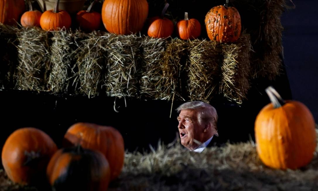 US President Donald Trump is spotted amidst pumpkins during a campaign rally at Pittsburgh-Butler Regional Airport in Butler, Pennsylvania, USA on Halloween Day Photo: CARLOS BARRIA / REUTERS - 10/31/20