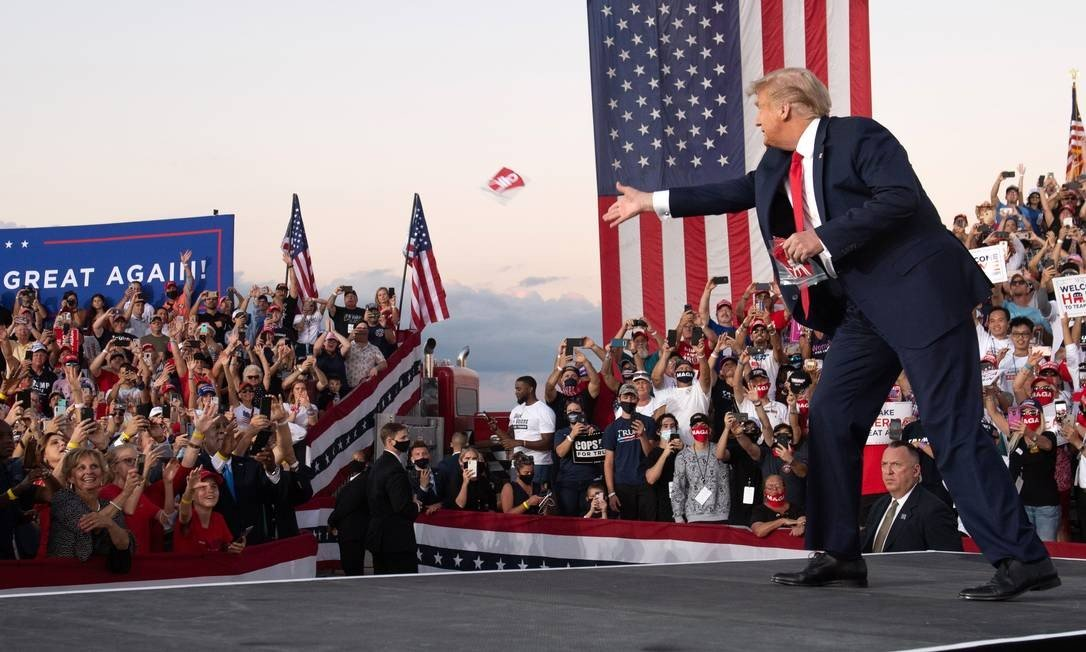 In resuming the campaign after treatment from Kovid-19, Donald Trump threw a mask at supporters during a rally in Sanford, Florida: Photo: Saul Loeb / AFP - 12/10/2020