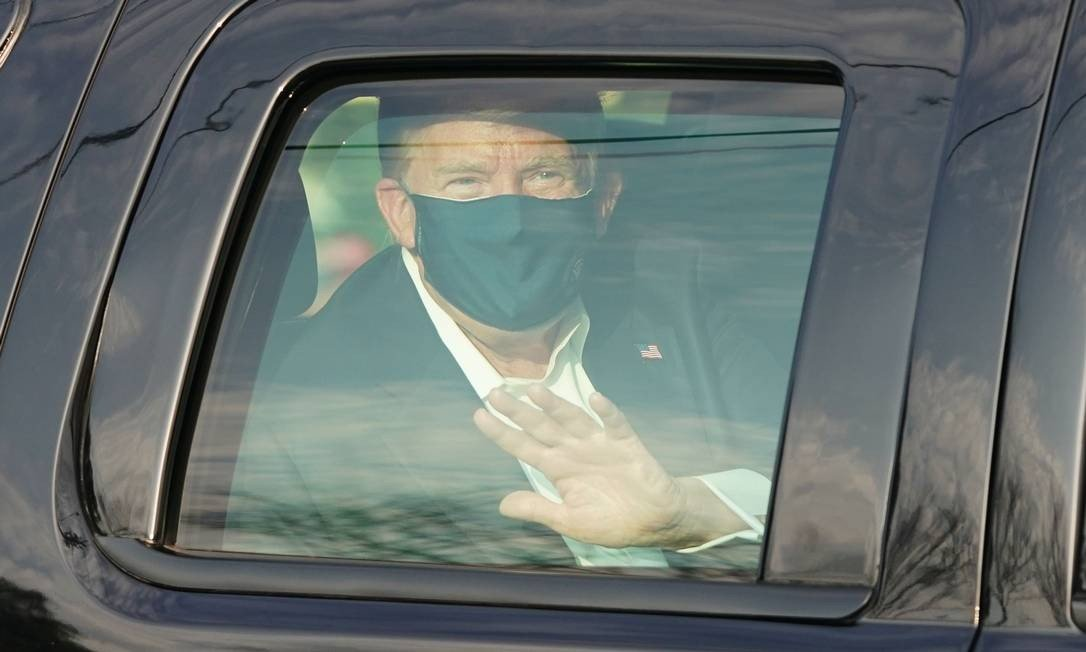 Trump waves to supporters while taking a car ride around the hospital where he is being held Photo: Alex Edleman / AFP - 10/04/2020