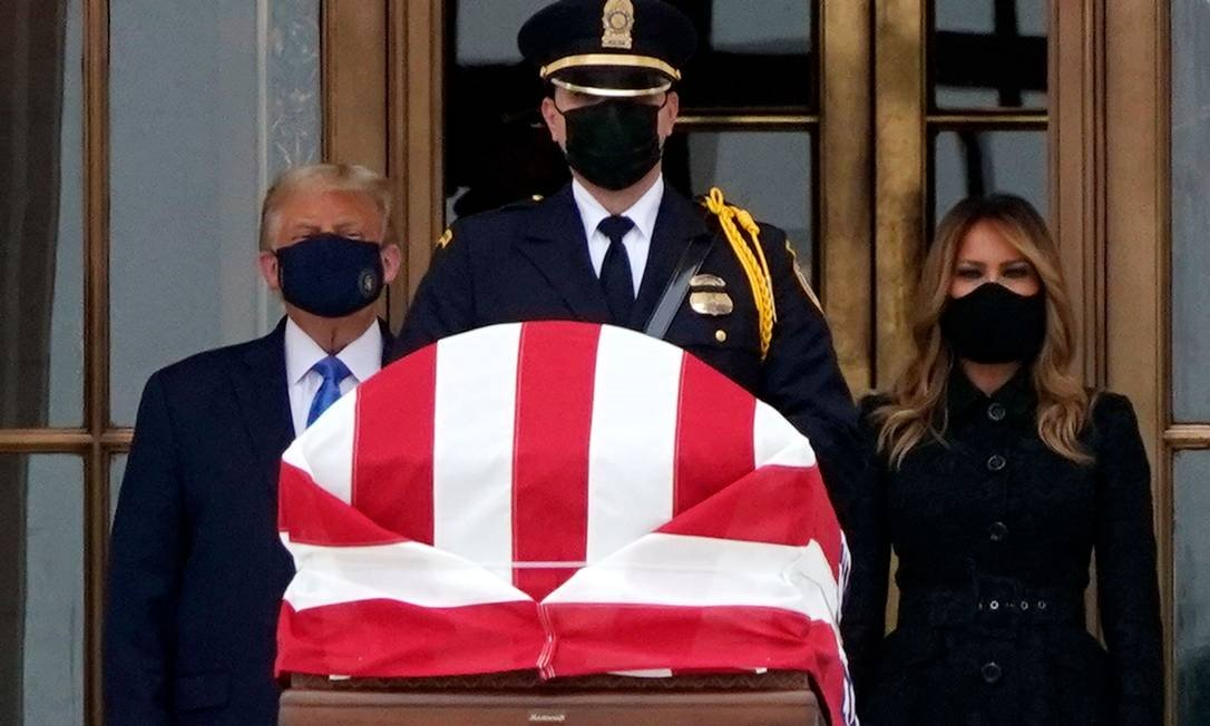 In a rare public appearance with a mask, President Trump, next to his wife, Melania, attends the funeral of Progressive Judge Ruth Beder Ginsburg.  Trump was instigated by Magistrate fans Photo: ALEX EDELMAN / AFP - 24/09/2020