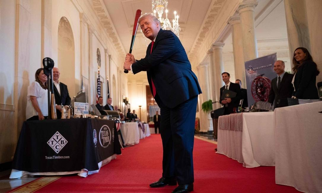 Donald Trump strikes with Texas Timber bat before speaking at an event at White House in Washington House: JIM WATSON / AFP - 02/07/2020
