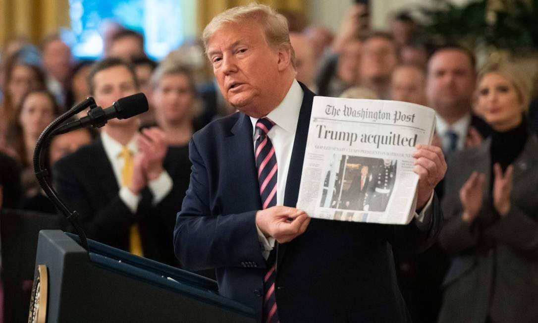 Trump shows the front page of the Washington Post with the result of his acquittal in the Senate impeachment process.  Photo: SAUL LOEB / AFP - 06/02/2020