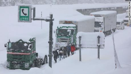 Hundreds of vehicles were stranded on the Kentucky Expressway on December 17 due to heavy snowfall.