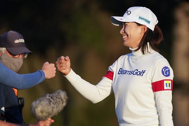 GOLF / Shibuno passes big test and women's open: The Asahi hangs to lead in Shimbuno