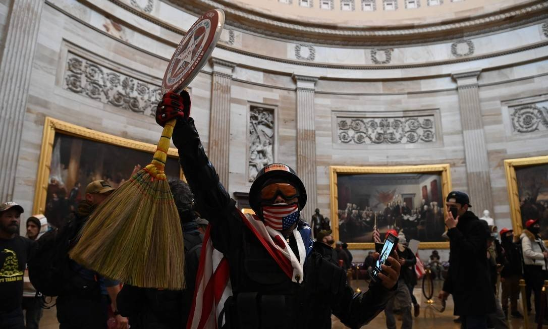 According to eyewitnesses, there are armed protesters inside the building, and some of them are trying to invade the Chamber's plenary, where some of the deputies are still. Photo: SAUL LOEB / AFP