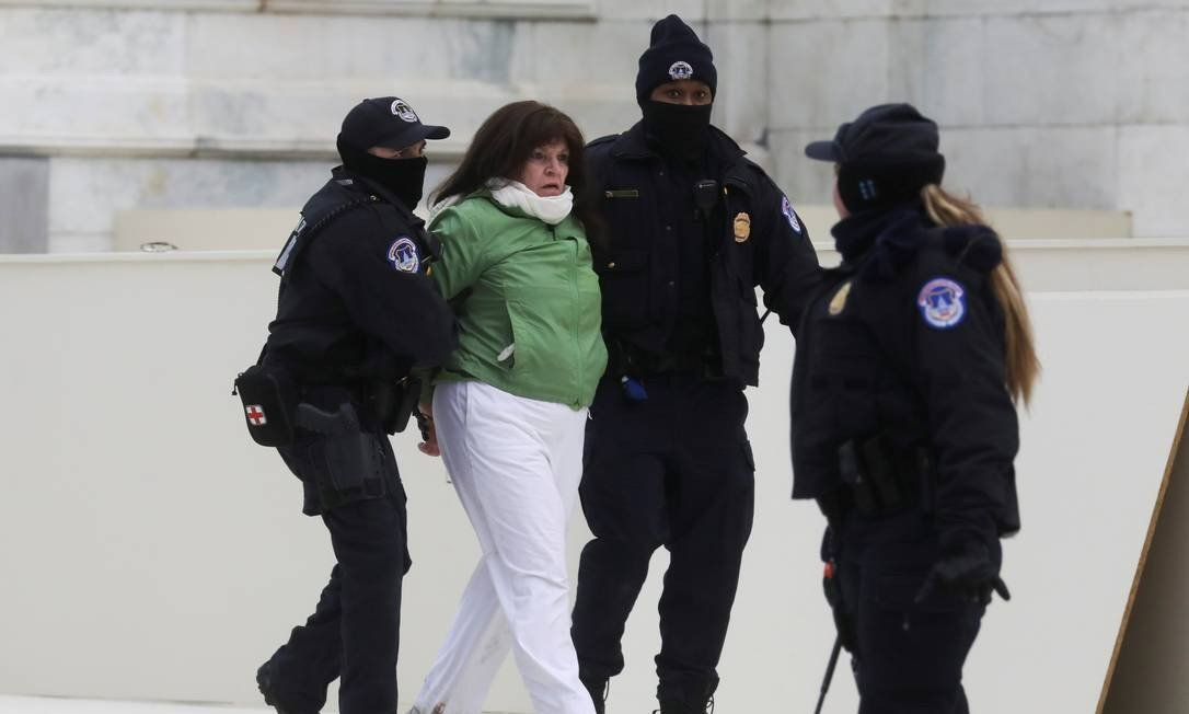 Police officers detained a woman after a confrontation with supporters of US President Donald Trump outside the US Congress during the confirmation session of Democratic Joe Biden's victory.  Photo: LEAH MILLIS / REUTERS