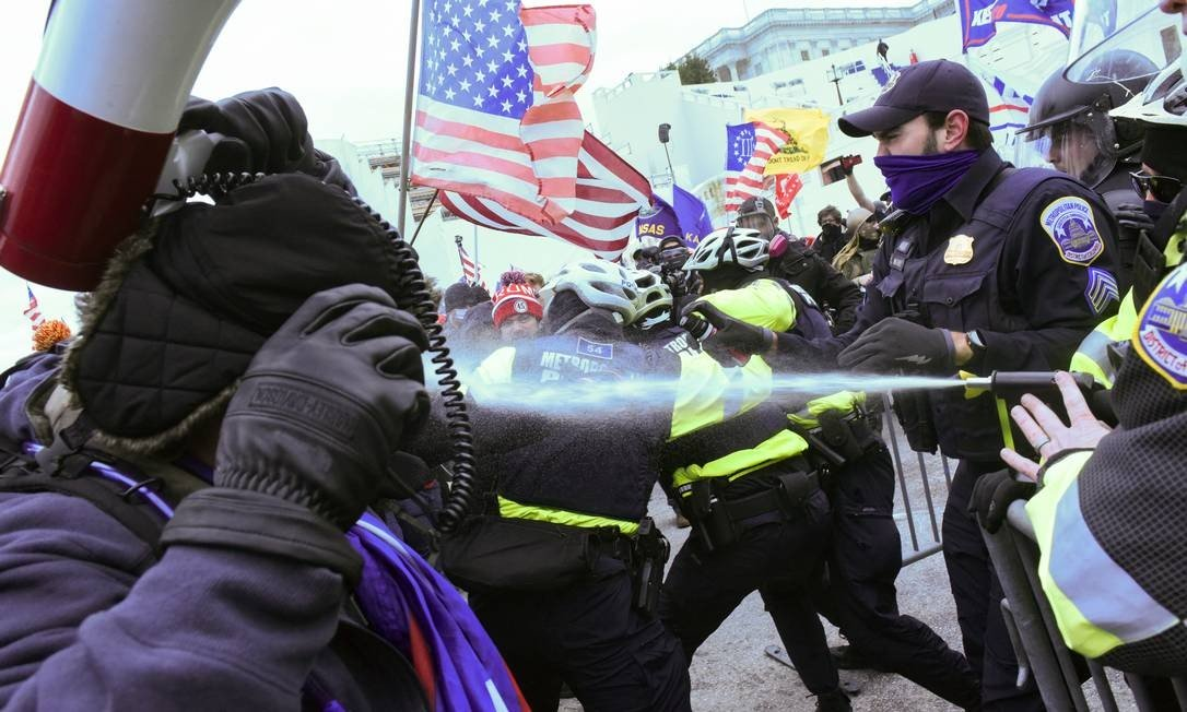Police officers used pepper spray against Donald Trump supporters, who tried to attack Congress on Wednesday.  Photo: STEPHANIE KEITH / REUTERS
