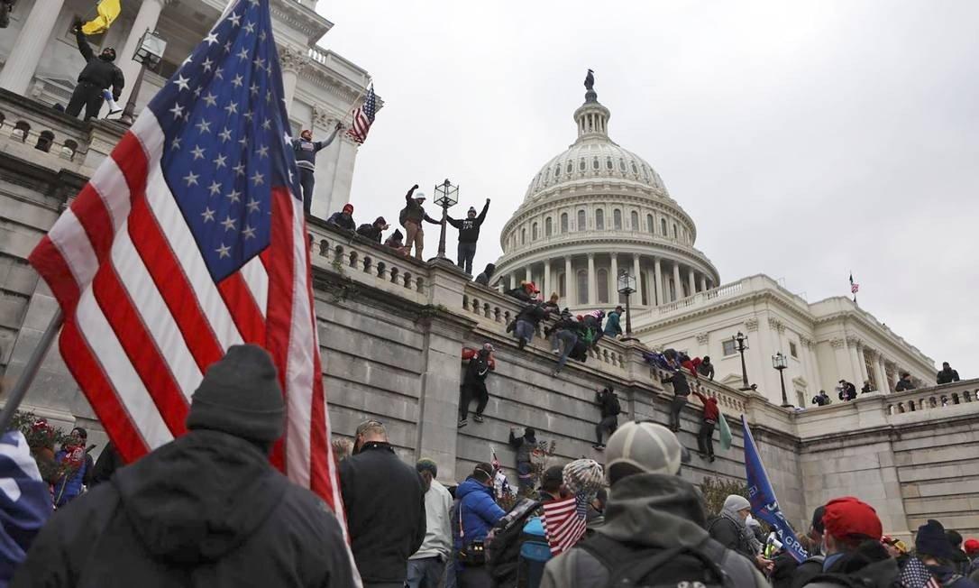 Donald Trump supporters scale US Capitol walls in Washington photo: JIM URQUHART / REUTERS