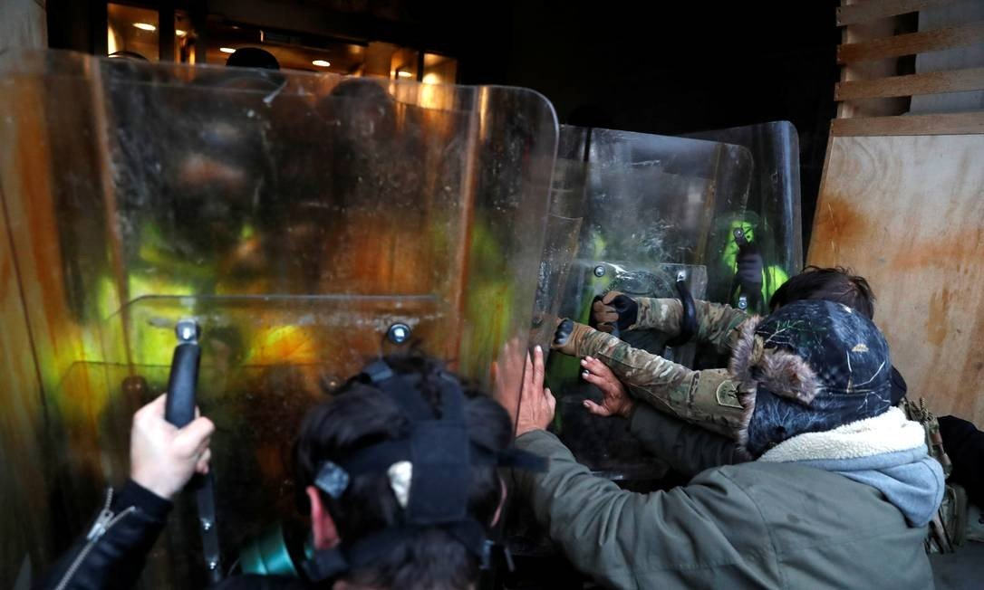 Photo of SHANNON STAPLETON / REUTERS: Protesters clash with Capitol Police during protests to challenge certification of US presidential election results