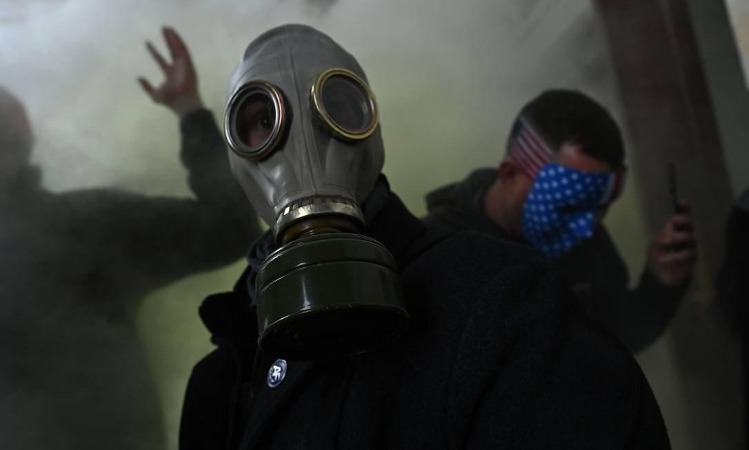 Trump supporters wear a gas mask when attacking US Congress: Brendan SMIALOWSKI / AFP