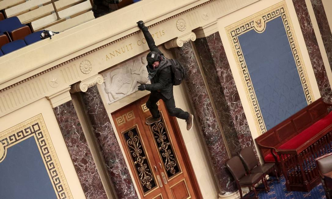 A defender is seen hanging on the porch of the Senate Pellet Photo: Win MCNAMEE / AFP