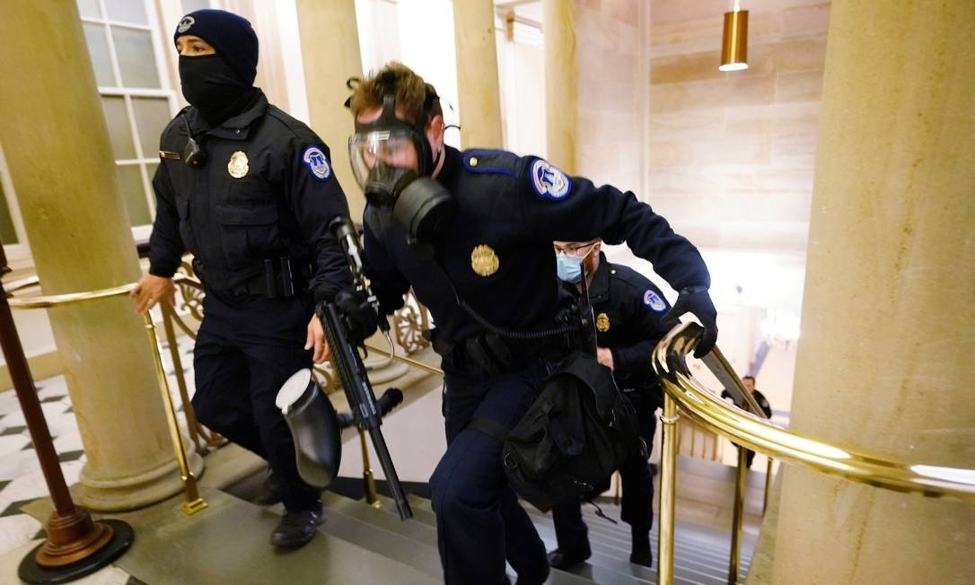 The protesters replaced the Capitol police officers when they attacked the building.  Photo: Poole / REUTERS