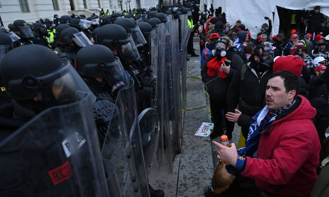 Donald Trump supporters confront police officers outside US Congress Photo: Brendan SMIALOWSKI / AFP
