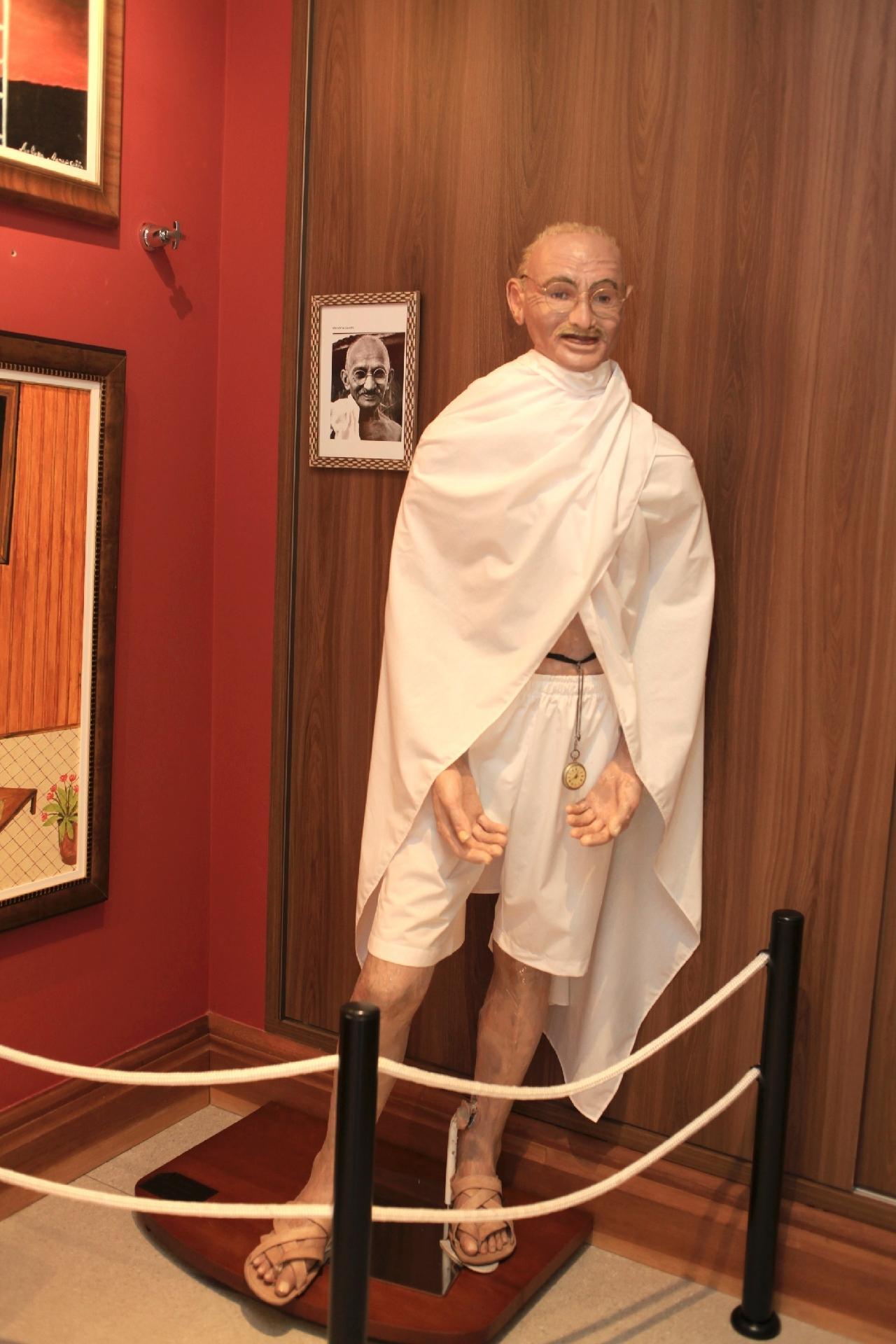 Sculptor Arlindo Armacolo, with wax sculptures, Rolandia Wax Museum - Fernando Cremonez / UOL