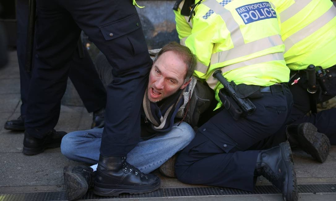 Police protesters arrest a protestor in Clapham Common, London, against a blockade, England Photo: Simon DAWSON / REUTERS - 09/01/2021