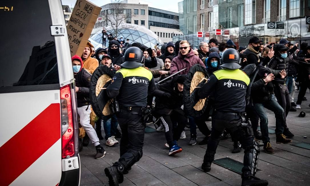 On 18 September Eindhoven, The Netherlands Photo: ROB Angler / AFP - Protesters faced Dutch riot police during a demonstration against the coronovirus ban in 24/01/2021.