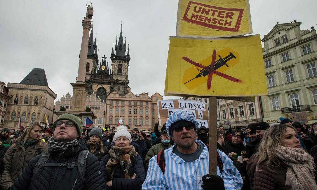 Negastians dressed in concentration camp prisoner attire hold a bandage, where the words & # 034;  Untermainsch & 034;  (Upmann), a term used by the Nazis for what they believe is a contradictory race & # 034 ;, photo: MICHAL CIZEK / in opposition to the government's restrictive measures to fight the second wave of the Kovid-19 epidemic. AFP - 10/01/2021