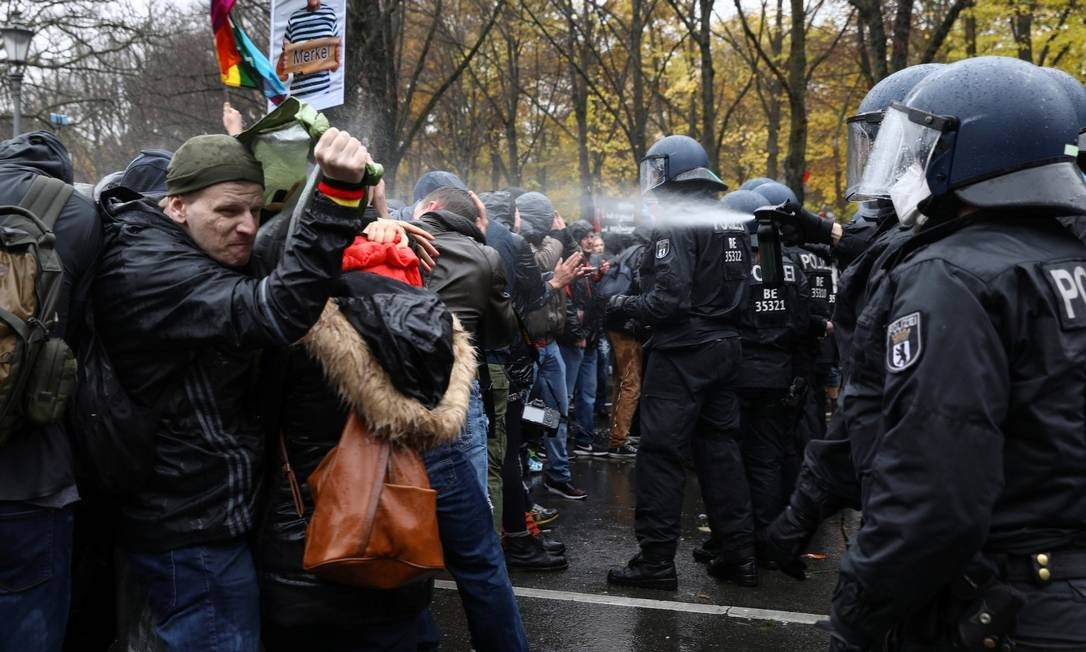 Policemen using pepper spray against protesters near Brandenburg Gate in Berlin, Germany Photo: Chris Mangan / REUTERS - 11/18/2020