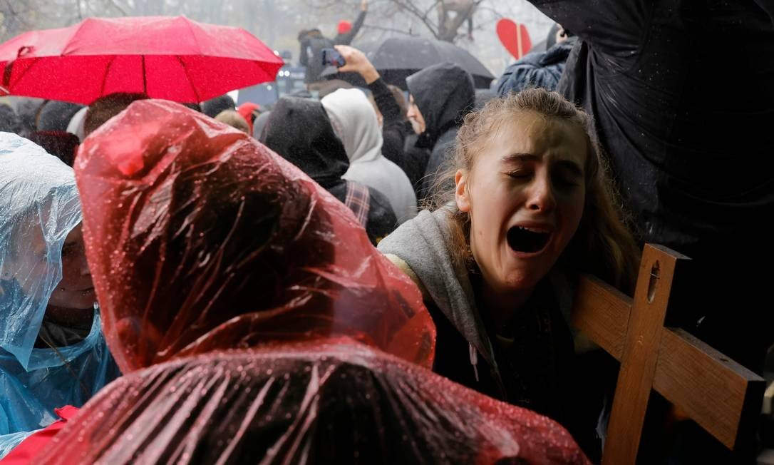A crucified young man cries as the police use the water canon to spark protests by protesters to limit the spread of the new coronovirus by the German water governor.  Photo: ODD ANDERSEN / AFP - 11/18/2020