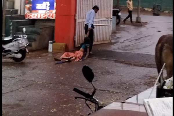 Security guard thrown out by a woman in Madhya Pradesh