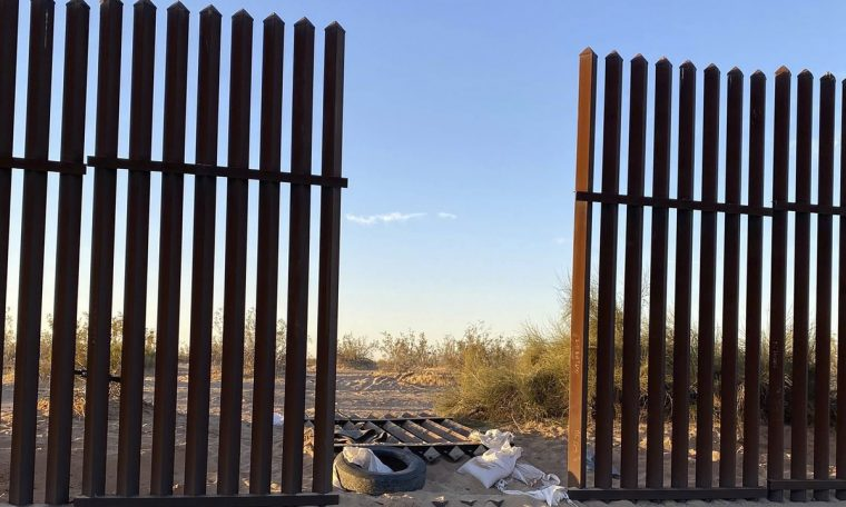 The SUV that collides with a truck in the USA passes through a fence hole at the border;  13 died.  world
