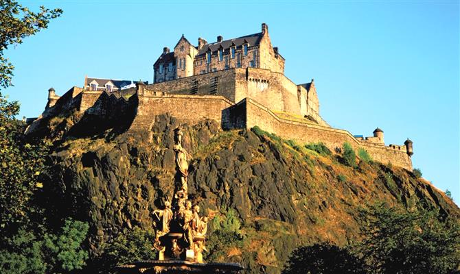 Castelos como o Castelo de Edimburgo, na Escócia, são um dos atrativos mais procurados pelos brasileiros