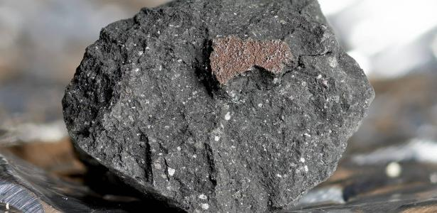 Rare 4 billion year old meteorite falls in house in England