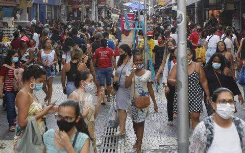 Movimentação é grande no centro comercial de Duque de Caxias e nem todas as pessoas usam máscara