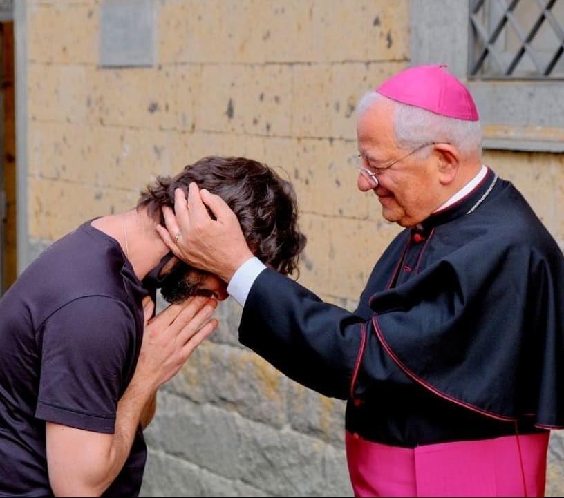Father Ricardo and Bishop Sigindondi (Photo: Instagram reproduction)