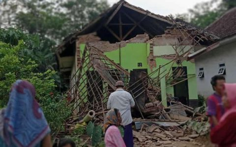 6.0 Indonesia earthquake, cause of death and damage.  world