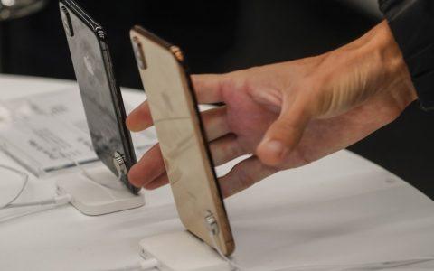 Pengunjung toko Apple sedang melihat-lihat ponsel Iphone terbaru.