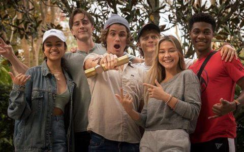 """Em Barbados, elenco de """"Outer Banks"""" comemora fim das gravações da segunda temporada"""