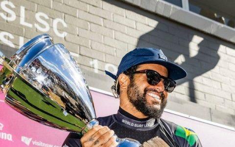 Ítalo Ferreira com troféu de campeão na Austrália