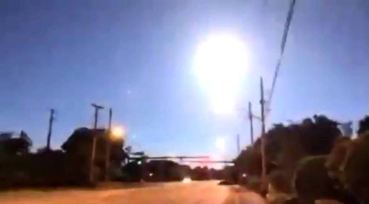Meteor explodes in sky during live reporter broadcast - News