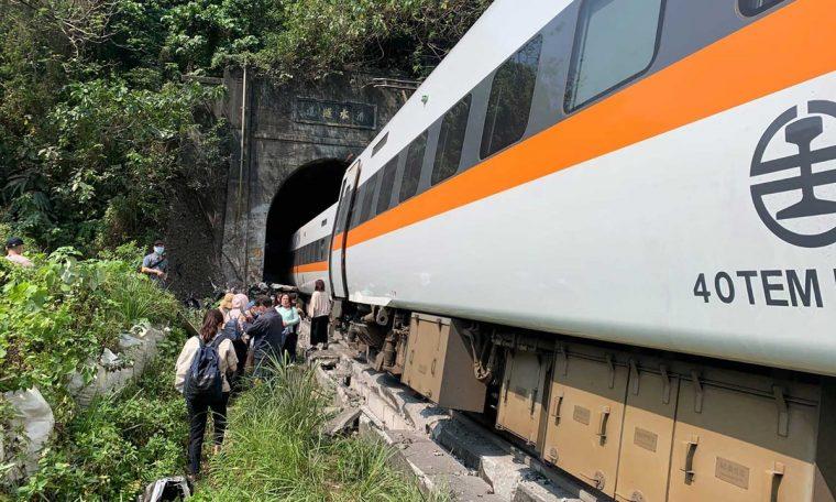 Train derailed and dead in Taiwan's tourist area.  world