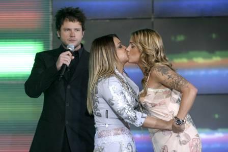 Under the eyes of Selton Mello, Sayang VMB 2004 kisses Prata Gill