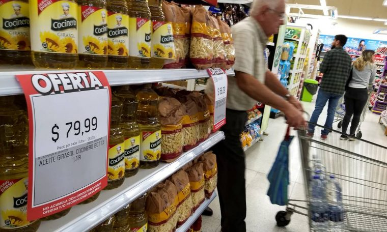 A man goes shopping in a supermarket in Buenos Aires in April 2019, when Mauricio Macri's government announced a package of measures to curb inflationary growth in the country Photo: AGUSTIN MARCARIAN / REUTERS