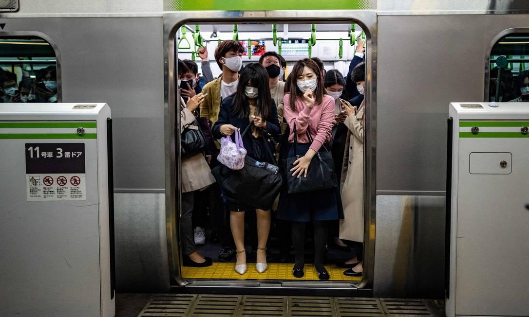 Train passengers at Tokyo's Shinagawa station.  Photo: Philip Fong / AFP