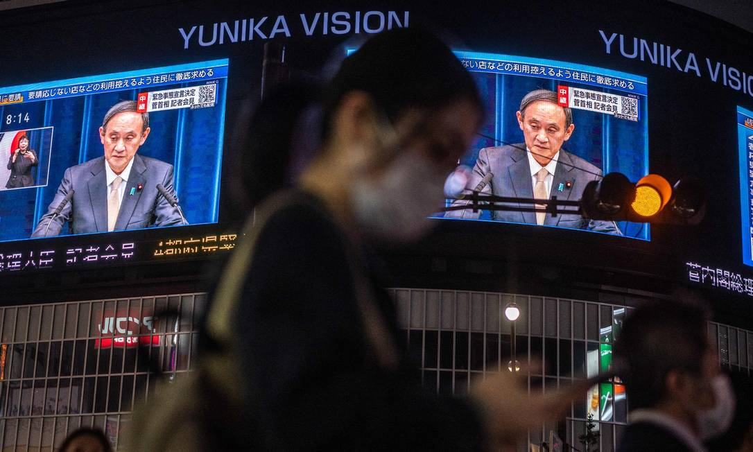 Japan's Prime Minister Yoshihide Suga spoke at a press conference to announce a new state of emergency for coronoviruses on a large screen in Tokyo's street.  Photo: Philip Fong / AFP